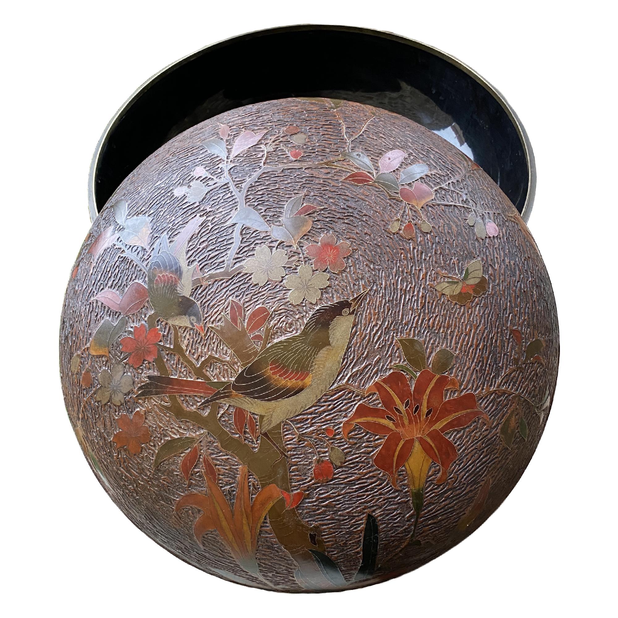 Japon, grande boite en cloisonné de laque, époque Meiji