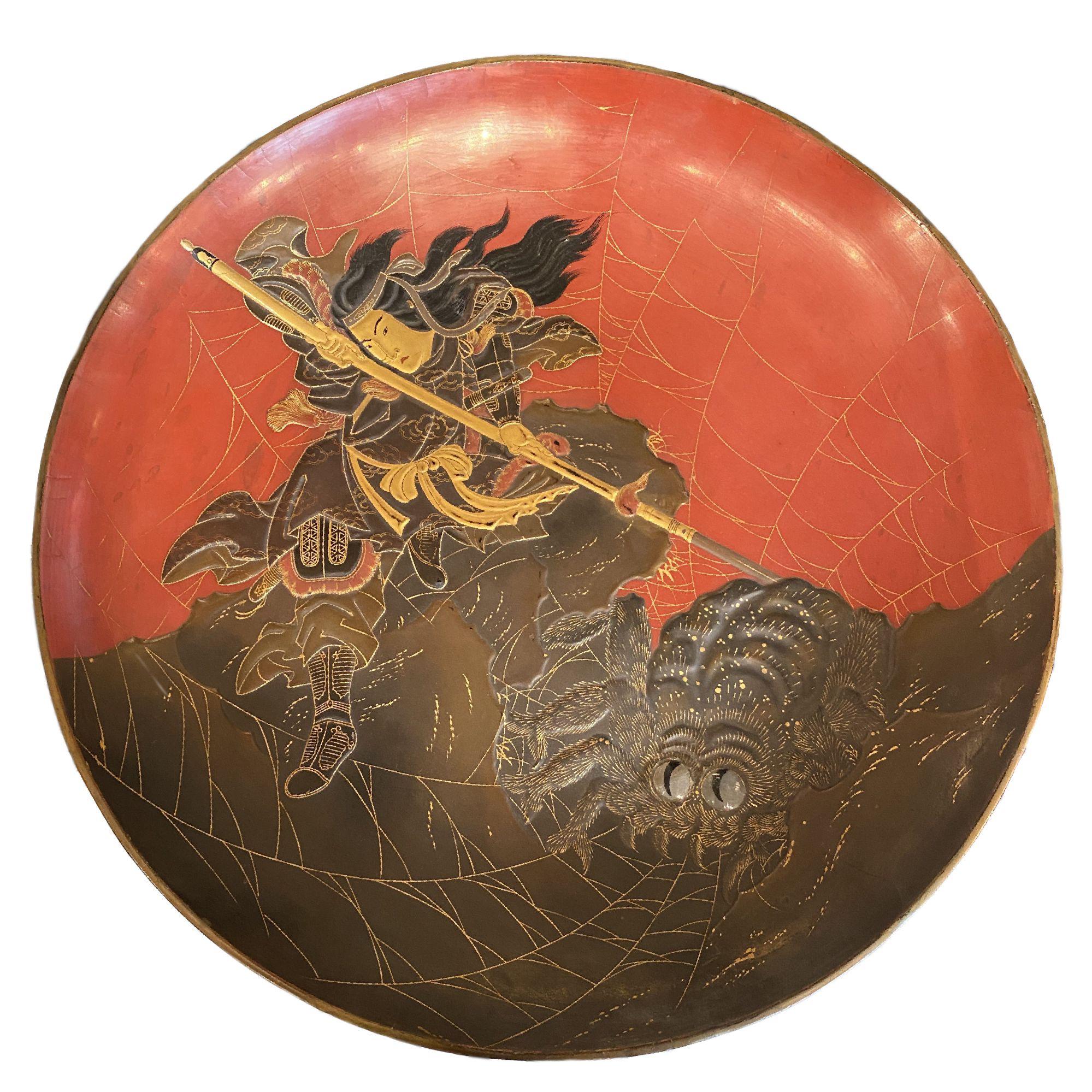 Japon, plat en laque, La Princesse Kamigashi et l'araignée géante, époque Edo, début 19ème.