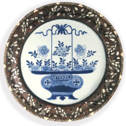 VENDU Chine et Orient, Plat Bleu blanci à monture en bois, époque Kangxi