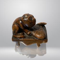 Japon, netsuké représentant un chat et un poisson, 19ème siècle.