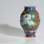 Japon, Vase en porcelaine à décor de pivoines, Vers 1920.